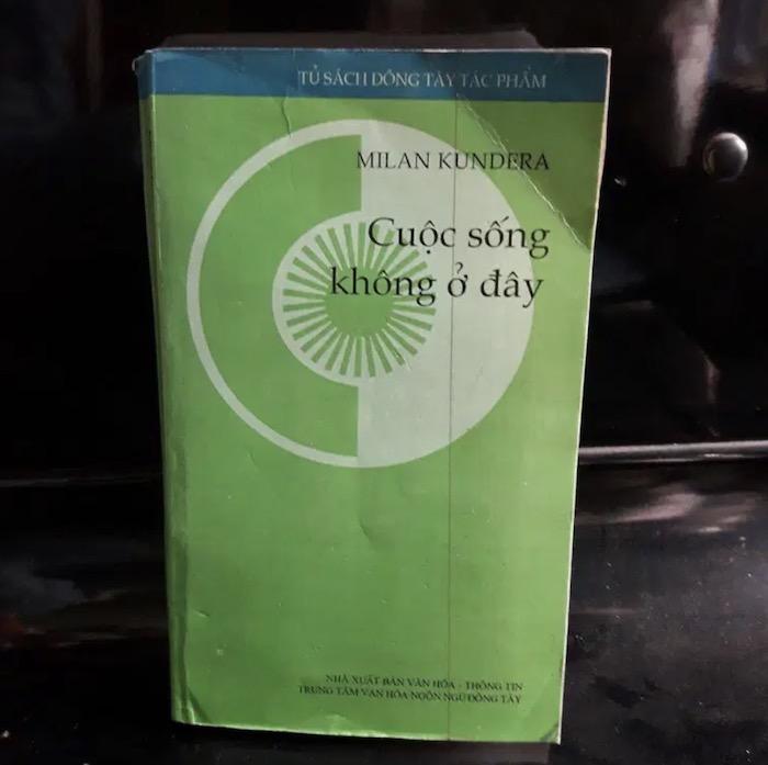 10 tựa sách văn học hay nên đọc để cứu rỗi các tâm hồn nhàm chán - Cuộc sống không ở đây - Milan Kundera