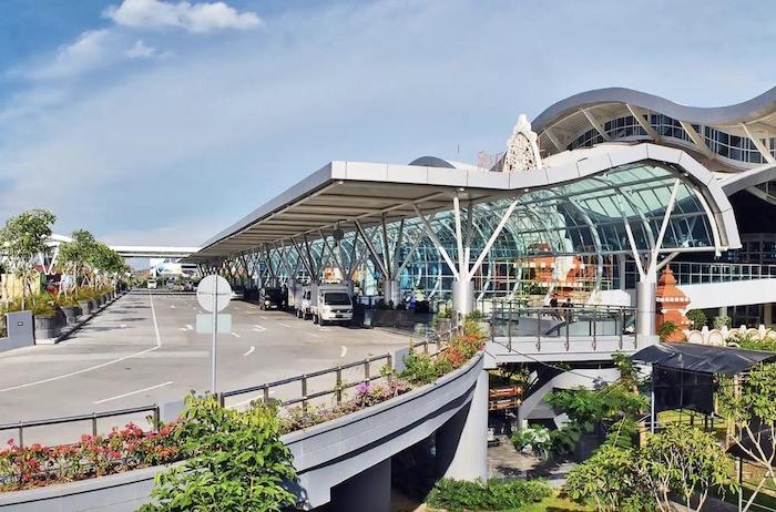 Bạn có thể chọn Grab hoặc Taxi để di chuyển về khách sạn đều được - khi đi du lịch Bali tự túc 7 ngày 6 đêm nhé
