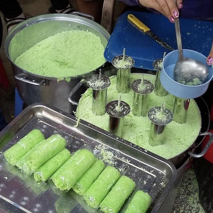 Bánh ống lá dứa: Món ăn vặt nổi tiếng của chợ đêm