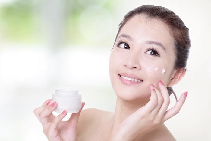 Sau khi xông mặt, bạn nên sử dụng kem dưỡng da hay các mỹ phẩm chăm sóc da ngay để dưỡng chất thẩm thấu tốt hơn