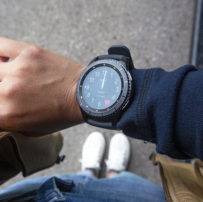 Màn hình Smartwatch Samsung Gear S3 Frontier có độ hiển thị tốt, tích hợp kính cường lực giúp bền bỉ hơn