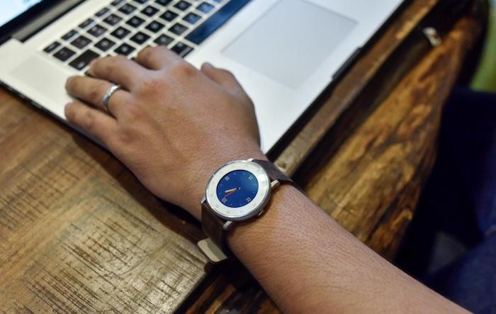 Smartwatch Pebble Time Round có cấu hình khá tốt và được tích hợp nhiều tính năng thú vị