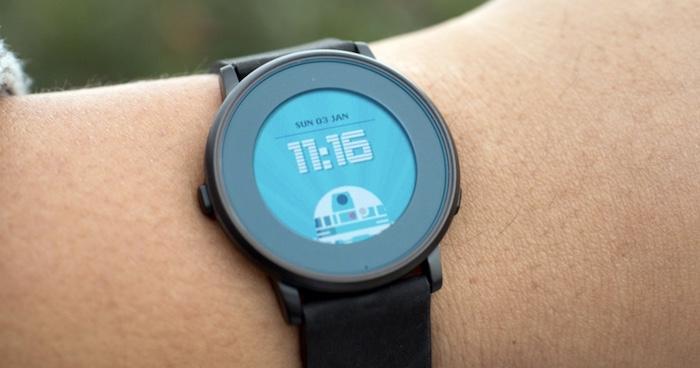 Smartwatch Pebble Time Round được trang bị màn hình e–paper giúp hiển vị cực tốt trong điều kiên ánh sáng cao